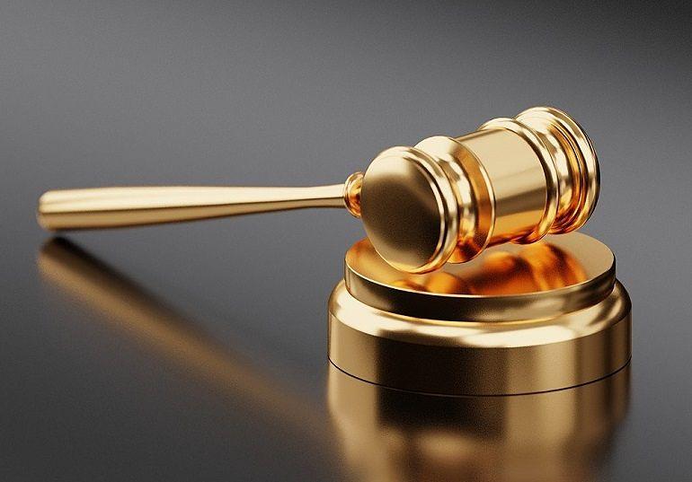 Mazo en la mesa del Juez